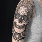 blackwork tattoo caveira skull pedro veloso pontilhismo mandala